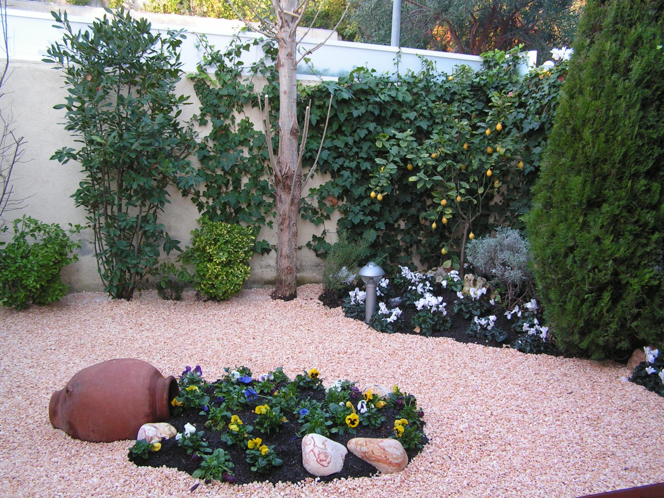 Fotos for Decoracion de jardin con ollas de barro